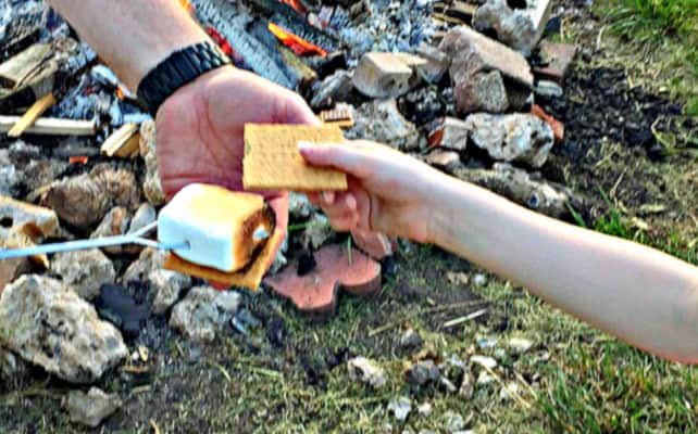 how to make smores on camp fire